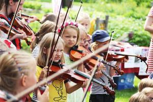Folkungastämman inleddes med att barnen fick framföra låtar de lärt sig under lägret.