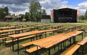 Bänkarna och stora scenen på plats för publik och artister i Putte i Parken.