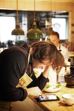 Alla ögonblick fylls med någon slags syssel-sättning  det kan bland annat handla om att skära bröd, ta fram nya rätter eller som här  spana efter matmässiga nyheter.