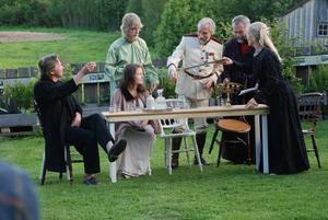 Hudiksvalls Teaterakademi spelar klassikern Tre systrar i handelsträdgården Gröna systrar.