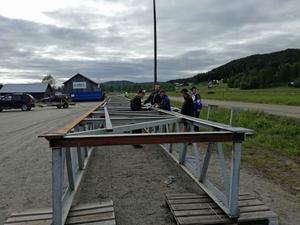 Hundra bybor byggde bron tillsammans.