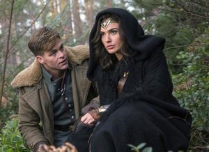 Chris Pine som Steve Trevor och Gal Gadot som Diana Prince, eller Wonder Woman. Pressbild.