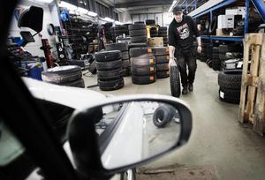 Efter den 15 april får man bara köra med dubbdäck om det råder vinterväglag.