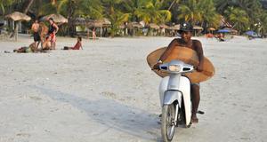Många tillbringar tiden på stranden i Langkawi.