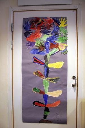 En elevgrupp gjorde ett träd med fötter och händer.