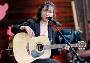 Svenska stjärnskottet Laleh är en av de mindre artisterna.
