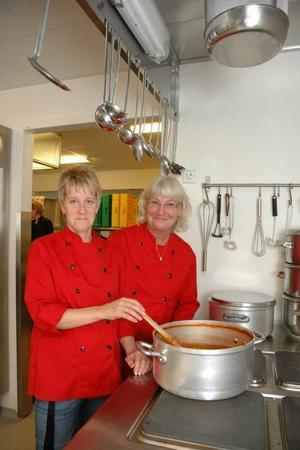 ARBETSGLÄDJE. Liisa Kylli och Annette Berglin trivs med förändring. De lagar mat till både eleverna på Sörgärdets skola och förskola.