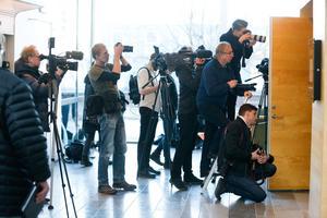 Den 42-åriga kvinnans dotters sambo, en 25-årig man, begärs häktad misstänkt för mordet 2015 på kvinnans dåvarande make. Mediauppbådet vid häktningsförhandlingen vid Västmanlands tingsrätt är massivt.