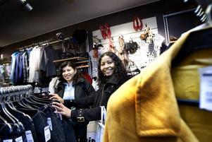 PÅ FYNDJAKT. Alvarado Armida och Diana Villa letade efter jeans och jackor i första hand.