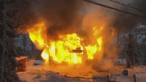 Villabrand i Grängesberg. Räddningstjänsten bedömde efter kort tid att huset inte skulle gå att rädda och man skulle låta byggnaden brinna ned.