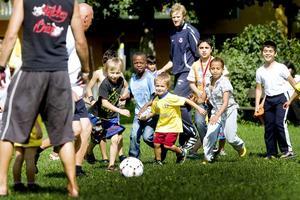 Bild från augusti förra året när brandmännen spelade fotboll med barnen på Nya Bruket.