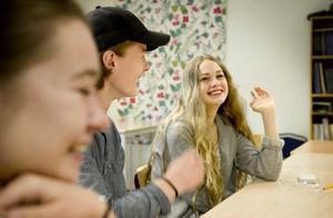 kamratstöd. Cornelia Bjurström, Edvin Svedberg och Vilma Ottner har varit elevskyddsombud på Lillå skola. Nu har skolan bestämt att elevskyddsombuden ska tas bort eftersom forskningen                                                                                  visar att kamratstöd och liknande insatser kan få en motsatt effekt.