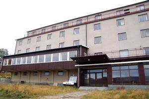 Här byggs en bar där man kan se in till kallskänken.Hotell Tänninge står öde i Tänndalen och väntar på att få en uppfräschning.