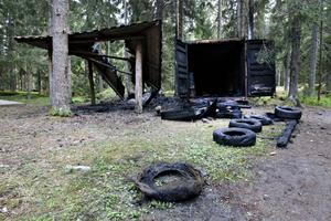 Den här synen mötte motionärer i Hemlingby på lördagen. Ännu en brand som misstänks vara anlagd. Den här gången var det bland annat en container med utrustning till en äventyrsbana som förstördes.