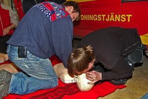Personalen vid Räddningstjänsten Dala Mitts stationer i Gagnef är utbildade för och övar sjukvårdsinsatser.