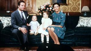 1978. Julfirande på slottet. På bilden ses kung Carl Gustaf, prins Carl Philip, kronprinsessan Victoria och drottning Silvia.