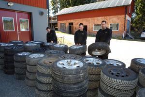 Hjulen låg uppradade utanför Mekonomen bilverkstad/Perssons Autoservice.