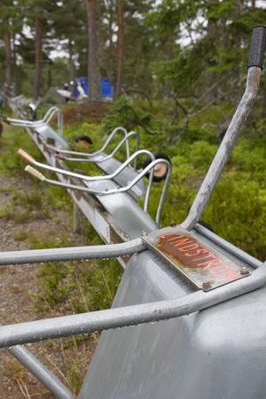 Varje familj har sin egen kärra uppe vid bilparkeringen som de använder för att frakta saker på den skumpiga stigen.