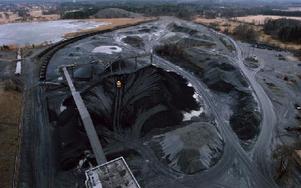 Gruvor påverkar den lokala miljön, därför har flera länder infört en gruvskatt. Något Landsbygdspartiet föreslår ska göras även i Sverige. Bilden visar Dannemora gruva i Uppland.