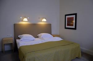 Elite Hotel Knaust. Sovrummet ligger längst in i sviten.