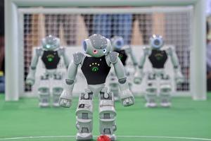 Numera utför robotar uppgifter som tidigare utfördes av människor. Kanske kan de i framtiden till och med ersätta mänskliga fotbollsspelare.