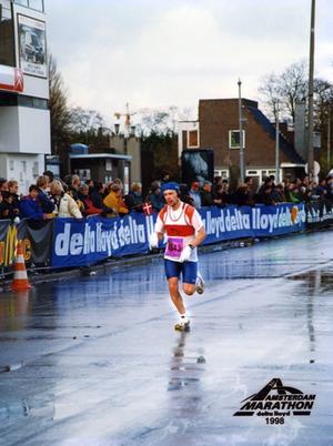 Berest. Kari Leskeläs träningsintresse har tagit honom över hela världen. Här är han under ett maratonlopp i Amsterdam 1998.