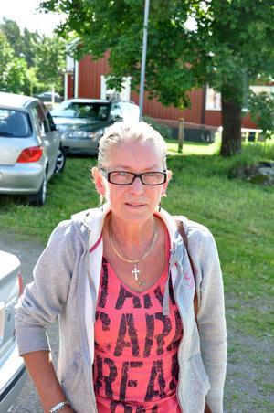 OROLIG. Helene Holmgren från Mehedeby tycker att situationen är obehaglig. Hon känner sig otrygg efter att hon sett bärplockare ta sig in på hennes tomt och stjäla ved. Helst vill hon att bärplockarna avvisas från Mehedeby.