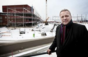 Carl-Johan Linér framför det nya HVDC-bygget, som när det står klart till sommaren ska samla alla HVDC-medarbetare under ett och samma tak.