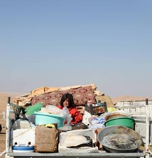 Ung syrisk flykting på väg till Libanon.