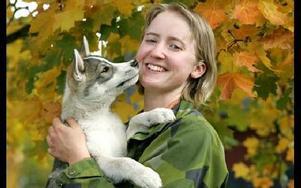 Malin och hundvalpen Duro, en sibirian husky.Foto: Berit Djuse
