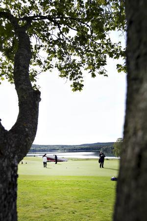 Golfbanan i Hofors ligger vid Storgöskens strand.