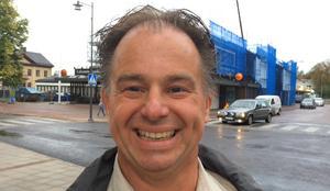 Anders Lokgård – styrelseledamot i Leksand Handel – och de andra handlarna välkomnar beskedet att broavstängningen blir avsevärt kortare än beräknat.