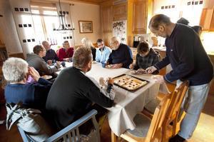 Fungerande mobiltelefoni i Skebergsbyarna. Här firas det rejält vid köksbordet hemma hos familjen Tidigs.