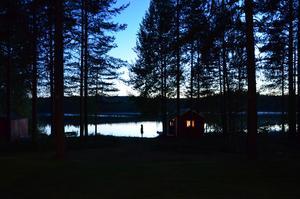 Efter en lång resa till Lycksele kom vi fram och kunde njuta av den här utsikten. Maria gick ner till vattnet och när jag såg hennes konturer mot sjön så tog jag bilden. En stämningsfull bild tagen på en plats som betyder mycket för oss.