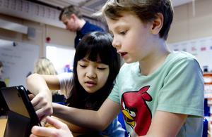 Malin Linde, 8 år, och Filip Jansson, 8 år, skapar flera lösningar på en uppgift med hjälp av Minecraft.