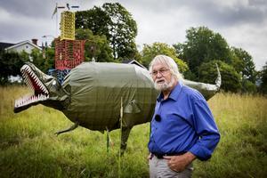 Jack Rönström har genom åren skapat en skulpturpark i sin gamla hästhage. För sju år sedan kom tornet i bakgrunden på plats och plåtmobilerna ljuder högt över bygden när det blåser. Dinosaurien, Tyrannosaurus Rex som  är hans senaste skapelse.