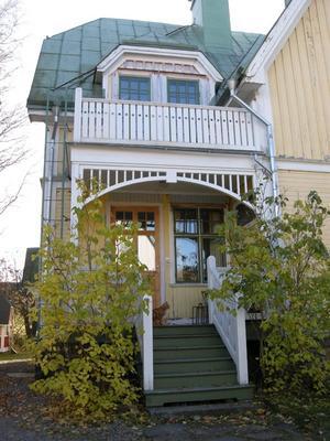 Ny veranda på gammalt hus,exempel på rekonstruerad veranda.