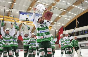 Magnus Joneby lyfter World Cup-bucklan.