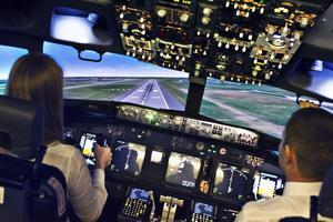 Elever och lärare under utbildning i Boeing 737-flygsimulatorn hos Scandinavian Aviation Academy i Västerås. Bilden är tagen vid ett tidigare tillfälle.