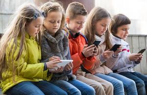 Vid elva års ålder har nio av tio barn en egen smartphone, enligt en undersökning från 2013.   Foto: Jessica Gow/TT