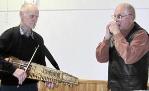 Sven Bergman på nyckelharpa och Sune Borgström på munspel tog sig ton.