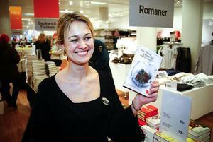 Therese Suwe som jobbar på Åhléns säljer mycket kokböcker i år.  Foto: Olof Sjödin