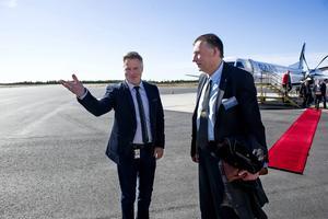 Ett av många uppdrag: Gunnar Holmgren tas emot av Robert Gyllroth efter första landningen med fjärrstyrt flygledartorn.