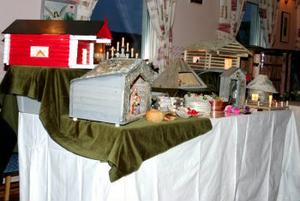 Många olika hantverk fanns på marknaden. Här finns exempel på hus och krubbor i olika format.
