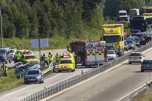 Stort räddningspådrag på E14. Trafiken har nu kommit i gång förbi platsen, men trafikanter får rådet att se upp med vrakrester.
