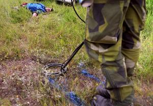 Polisen kommer att stämma av med ammunitionsröjare från Livgardet innan de flyttar de hittade dynamitstavarna.