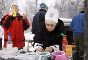 Köper lotter. Marianne Martinsson testar lyckan i lotteriet som det är dragning på senare. Till vänster Gun Persson.