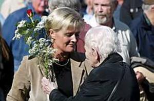 Foto: NICK BLACKMONSorg. När en gammal kvinna kommer fram för att trösta och räcka över en bukett blommor kan inte Ulrica Messing hålla tårarna borta. Hennes tal var fullt av känslor.� Vi har samlats här i dag för att vi är otroligt ledsna men också för att stå upp för demokratin och friheten.