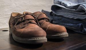 Stilfulla skor på hyllan.