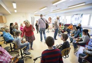 Gruppen Folkungar lär barn att spela intrument på ett väldgit pedgogiskt sätt. På bara 1,5 timme kan de kompa en låt. Våren  fick eleverna i klass 2B, Sörbyskolan i Gävle, ta del av knepen.